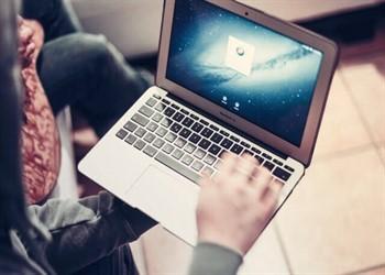 אדם מחפש הלוואות פרטיות באינטרנט