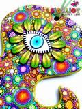 חמסת תמנון- חמסה צבעונית ומיוחדת במינה, צורתה עוצבה ונחתכה ידנית, ללא תבנית או חותכן. בסיס החמסה הינו ירוק לימוני ועליו 14 סוגים שונים של פרחים צבעוניים וספירלות. במרכזה עין וסביבה עלי כותרת ירוקים המתאימים לבסיס ולמתאר. חמסה זו היא One of a kind לא תמצאו בשום מקום אחר :-)