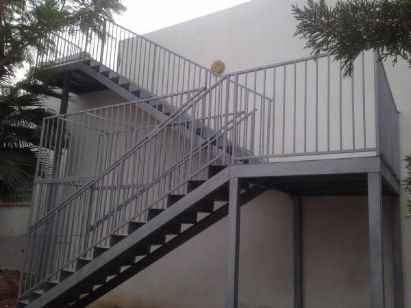 מדרגות עם מעקה