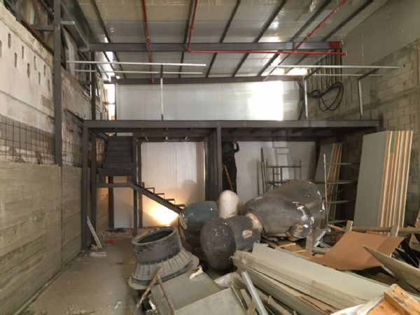 מבט צד גלריה עם מדרגות מתכת