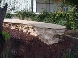 ספסל בנוי מאבן כורכר טבעית