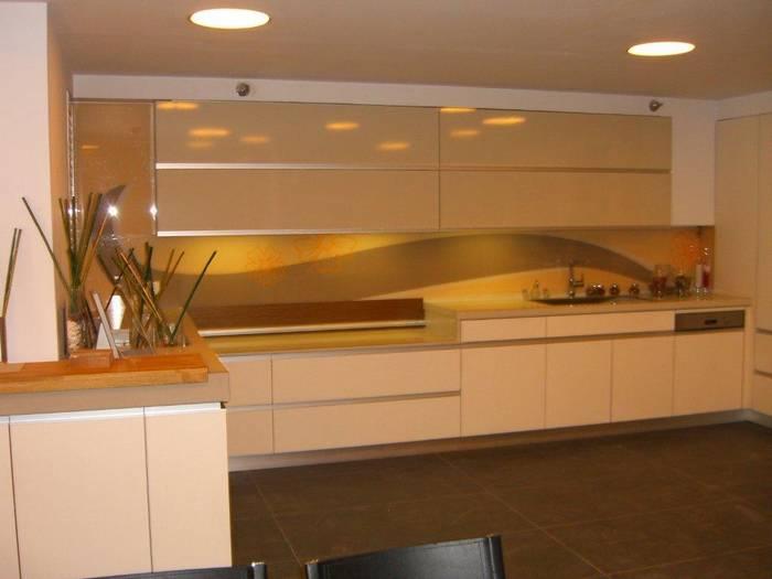 חיפוי זכוכית למטבח דוגמא-5 רקע מוזהב יוקרתי.