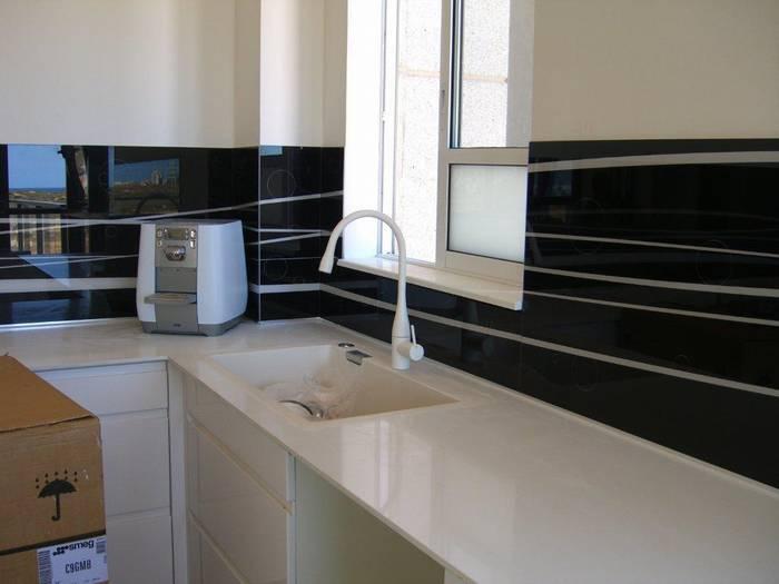 חיפוי זכוכית מודפסת למטבח דוגמא-19 שחור ולבן.