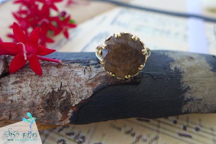 """טבעת """"כתר"""" מזהב 14 קראט משובצת אבן קורונדום אפריקאי"""