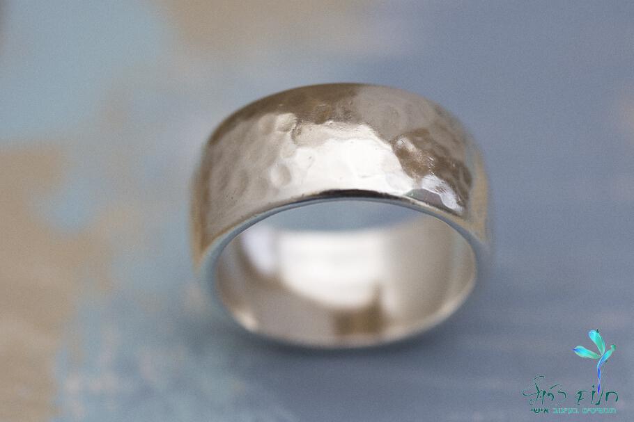 טבעת מכסף סטרלינג מרוקעת רחבה וקמורה