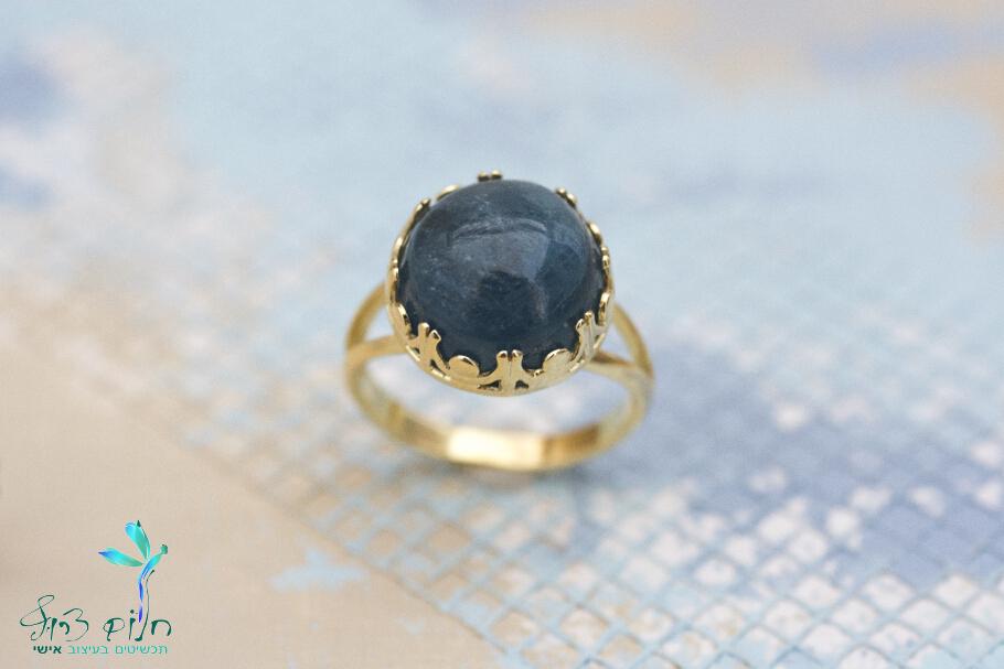 """טבעת """"כתר"""" מזהב 14 קראט משובצת אבן אקוומרין"""