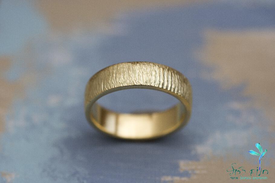 טבעת מזהב 14 קראט עם טקסטורה