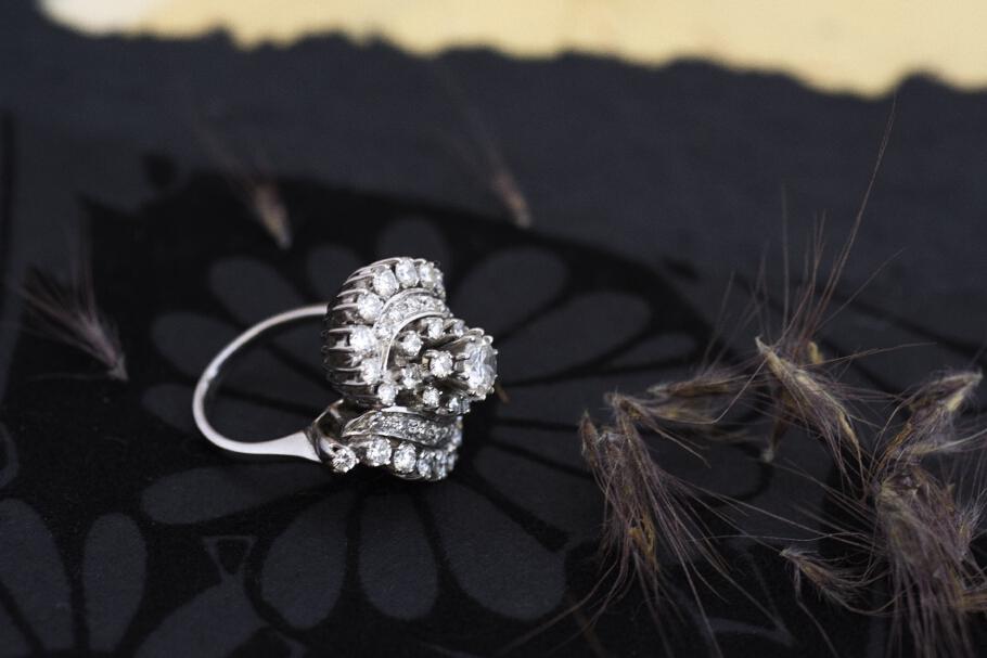 טבעת מזהב לבן משובצת יהלומים