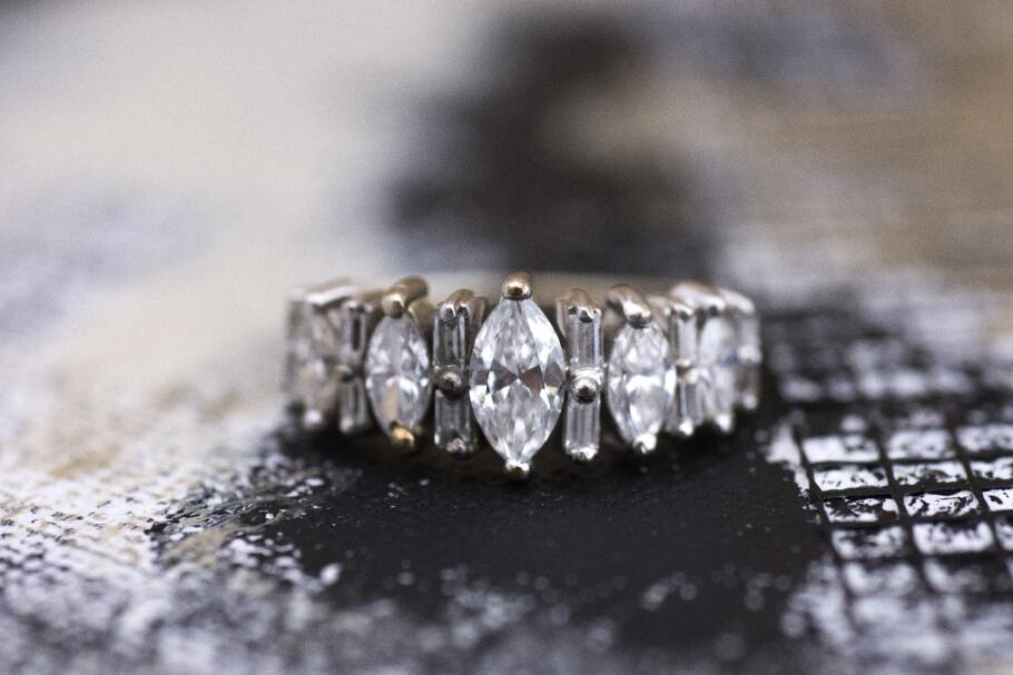 טבעת מזהב לבן משובצת יהלומים מרקיזה