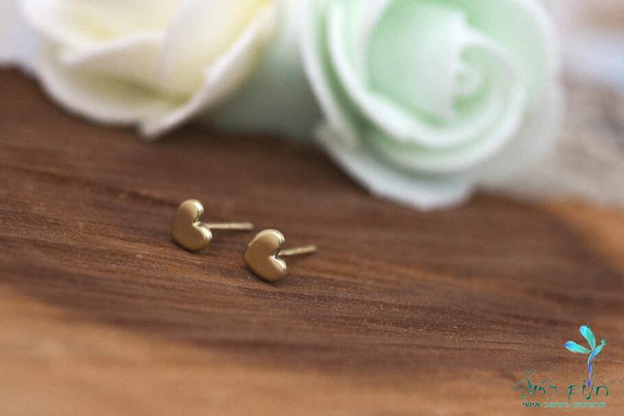 עגילים מזהב 14 קראט צמודים בצורת לב