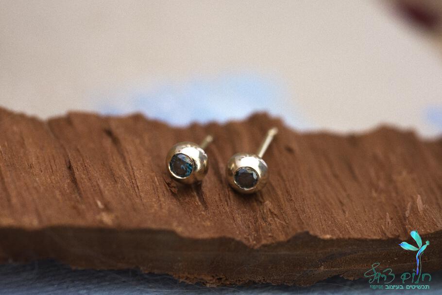 עגילים מזהב 14 קראט צמודים משובצים יהלום כחול