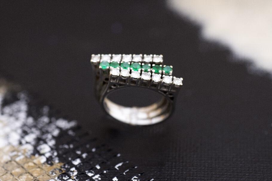 טבעת מזהב 18 קראט שלוש שורות משובצת יהלומים ואמרלדים