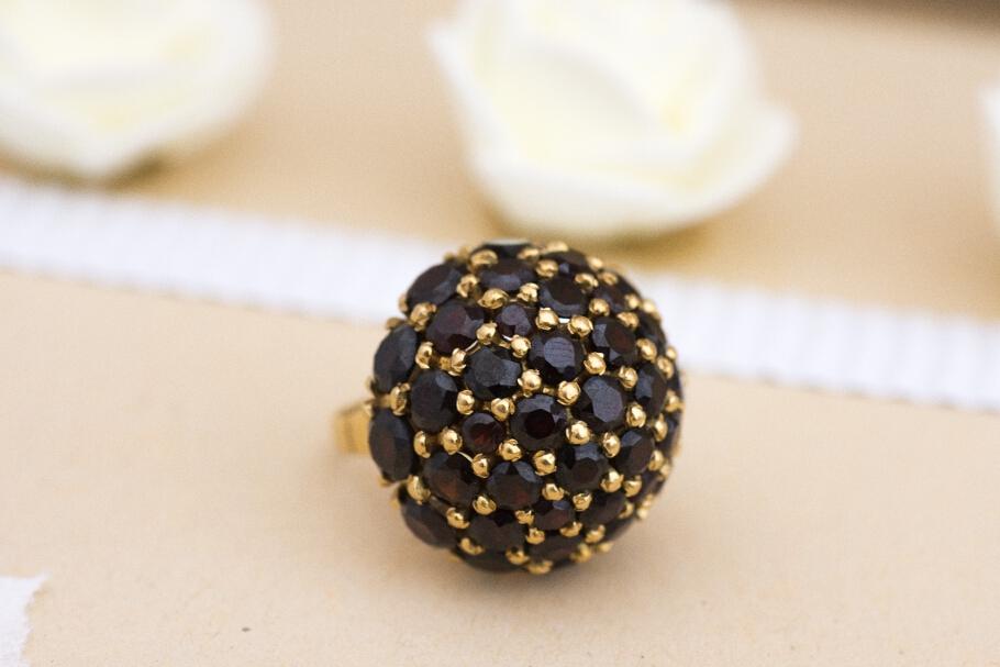 טבעת מזהב 18 קראט משובצת גרנטים