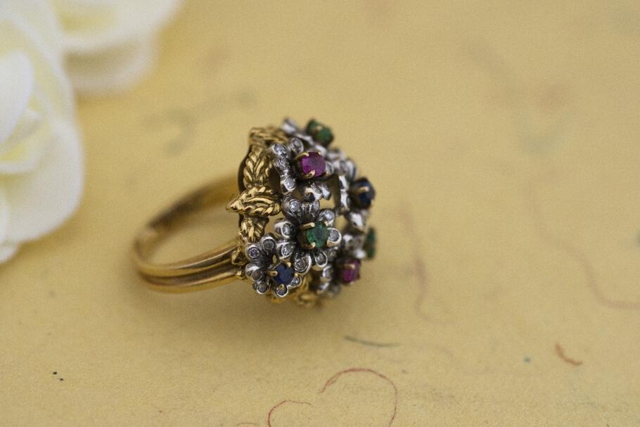 טבעת מזהב 18 קראט פרחונית גדולה משובצת אבני חן