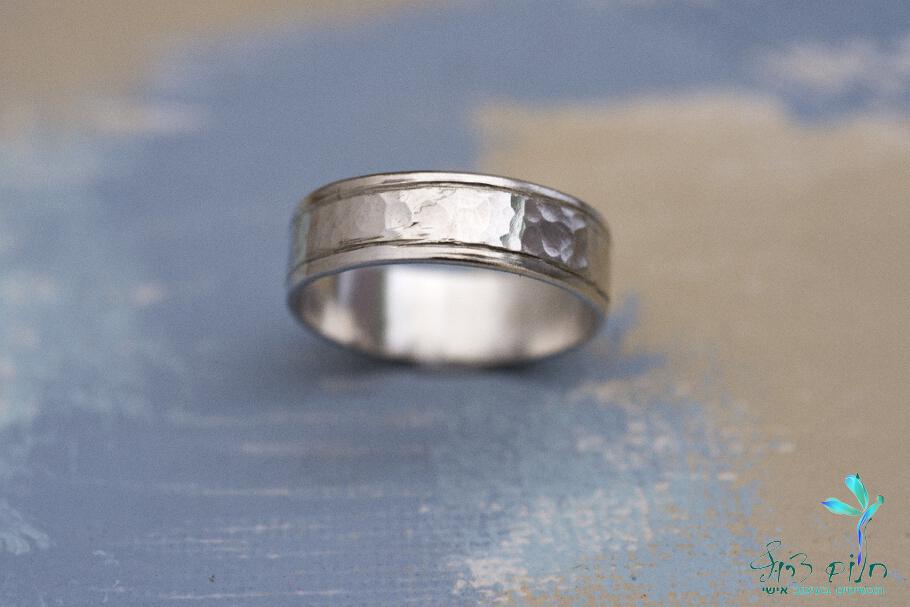 טבעת מזהב לבן מרוקעת עם שוליים חלקים