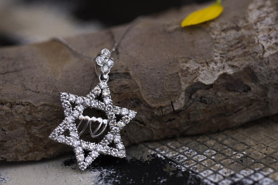 שרשרת מזהב 14 קראט לבן עם תליון מגן דוד משובץ יהלומים