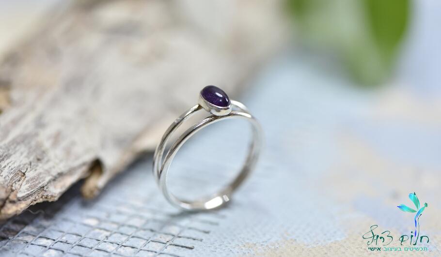 טבעת עדינה מכסף סטרלינג משובצת אמתיסט