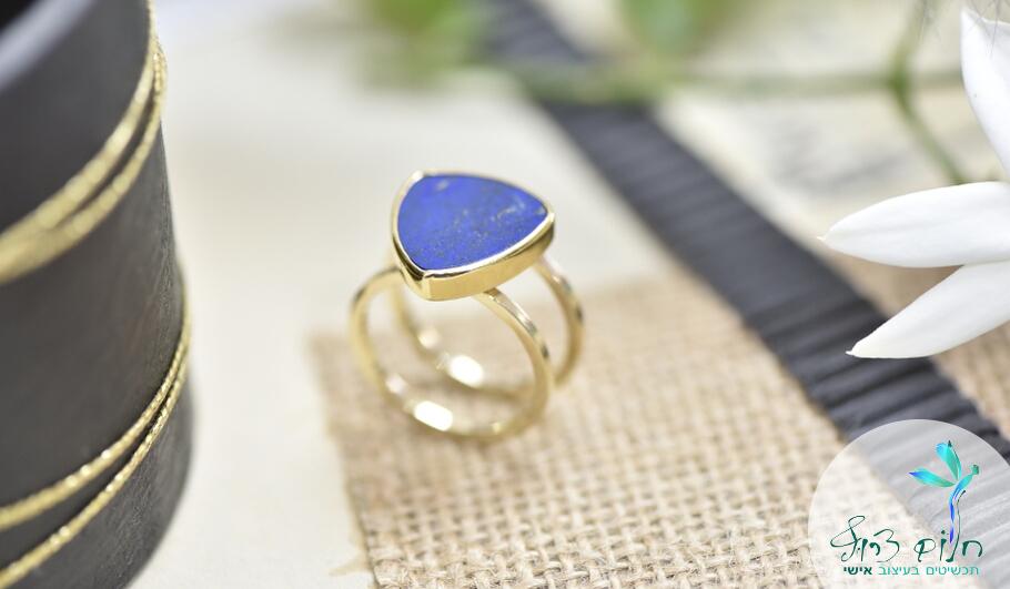 טבעת זהב 14 קראט משובצת לאפיס לזולי בצורת משולש