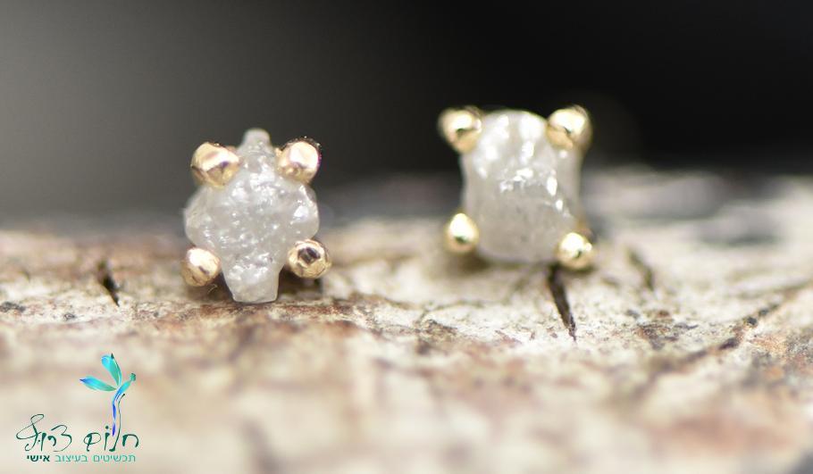 עגילים מזהב 14 קראט צמודים משובצים יהלום גולמי אפור