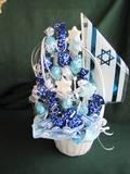 זר פרליני שוקולד, כחול/לבן, בשילוב סוכריות בצק סוכר בצורת מגן דוד - ליום העצמאות , דגלונים ודגל גדול יותר