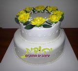עוגת חתונה עם פרחי בצק סוכר וזילופי תחרה - ללא ע יטור הבובות - שרשרת הפנינים עשוייה מבצק סוכר