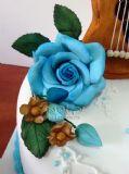 פרחי בצק סוכר על עוגת הבר מצווה