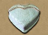 עוגת אירוסים מצופה בבצק סוכר ומעוטרת בתחרות סוכר אגילות ובשרשרת פנינים מבצק סוכר