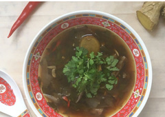 מרק פטריות ונתחי עוף עם נגיעות של תאילנד