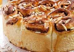 עוגת שושני שמרים במילוי קרם שקדים ושוקולד מופלא