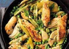 חזה עוף עם ירקות ירוקים ואורז בסמטי בכלי האידוי באותו הזמן