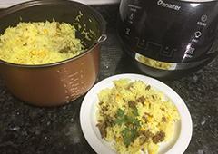 תבשיל אורז ותירס על מצע בצלים ובשר טחון