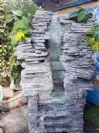 מפל מים חצוב סלע עם ברכת מים