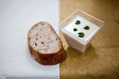 לחם מוגש עם גבינה