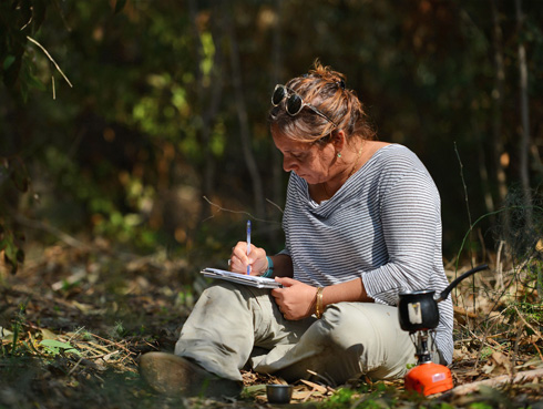 עינב ארז מאמנת באמצעות מסע והרפתקה בטבע