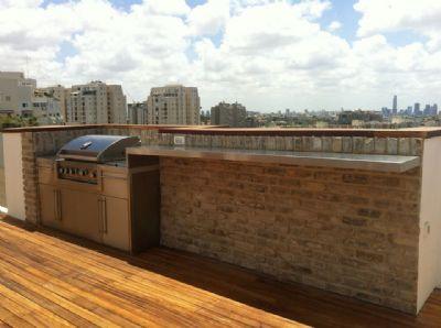 התקנת בריקים על גג בניין
