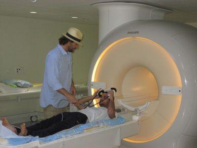תומר במעבדת המחקר, fMRI