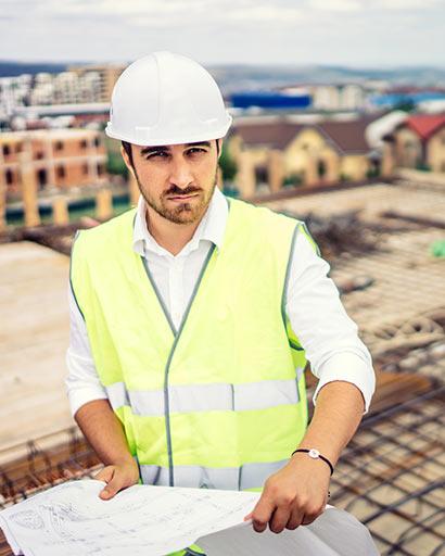 תמונת מהנדס בעבודה באתר בנייה