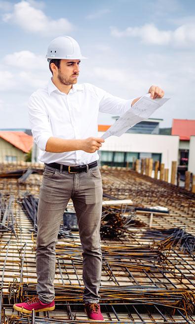 תמונת הנדסאי בודק באתר בנייה