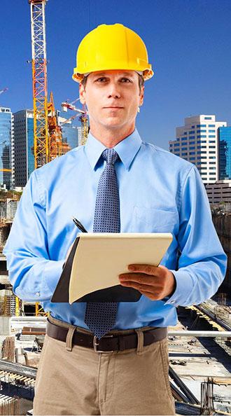 מפקח באתר בנייה עם דוח כיסוי ביטוחי