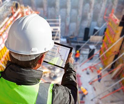 מהנדס צופה על מבנה בבניה