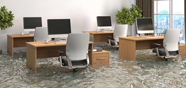 משרד מוצף מים