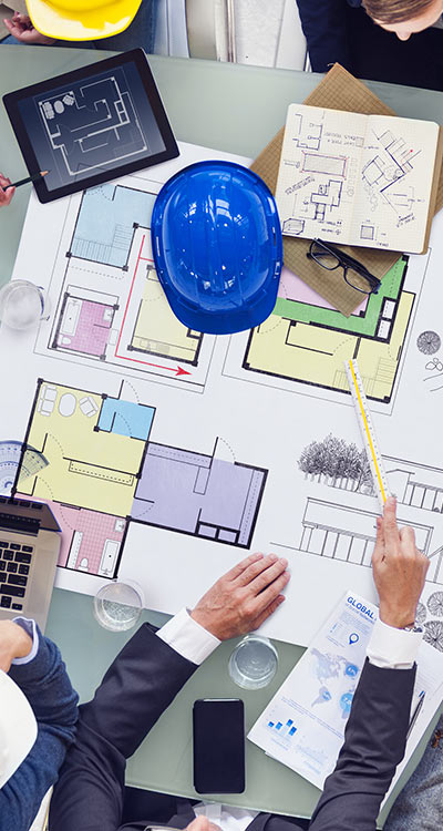 אדריכלים סביב שולחן עבודה בדיון