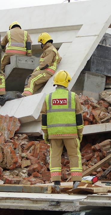 אנשי הצלה באתר בנייה