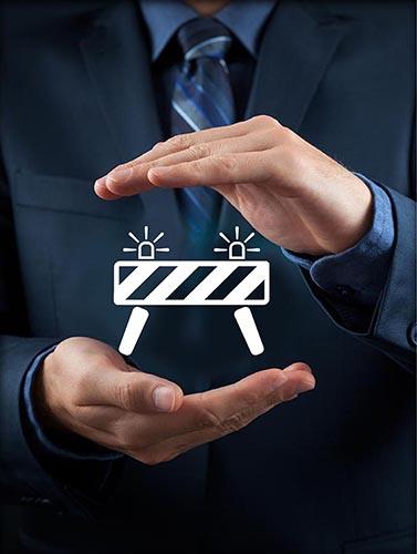 ידיים עם אייקון ביטוח נזקי רכוש