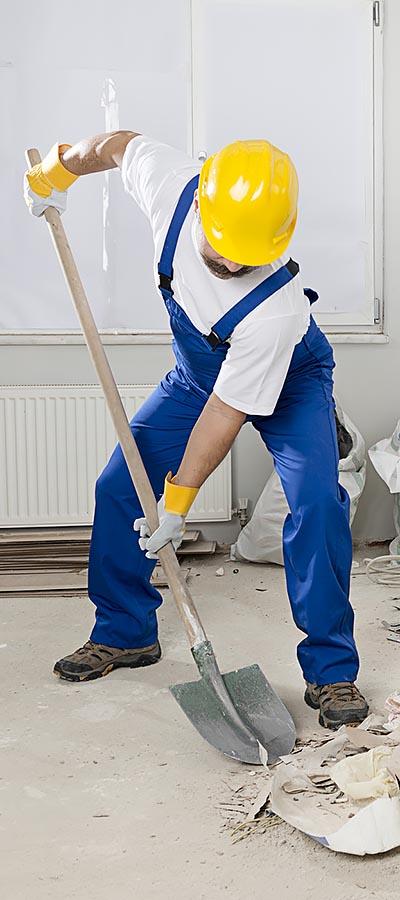 פועל בעבודה על חיזוק מבנים מפני רעידות אדמה