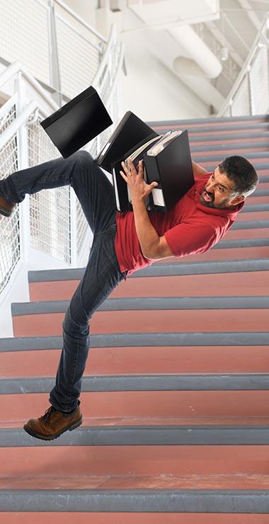 תמונת אדם נופל במדרגות מבנה