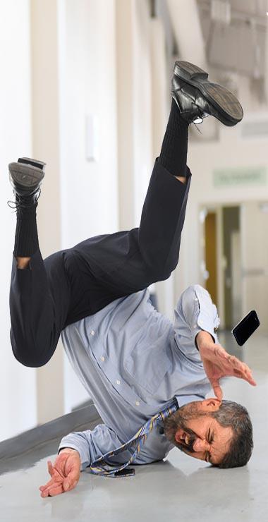 ביטוח צד שלשי - תמונה אדם שמחליק