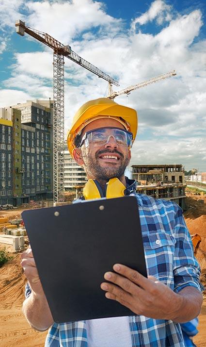 תמונת פועל על רקע מבנה בבנייה