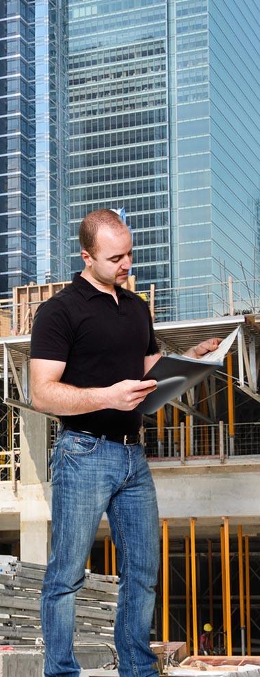 קבלן על רקע מבנה בבנייה