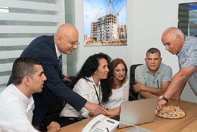 צוות המשרד בעבודה